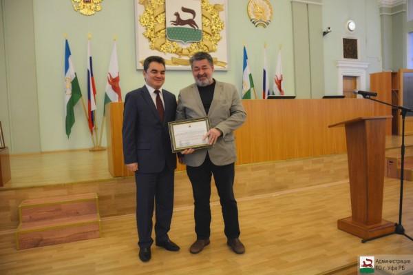 Глава Администрации ГО г.Уфа Ялалов И.И. вручает Благодарственное письмо Шакирянову М.Р.