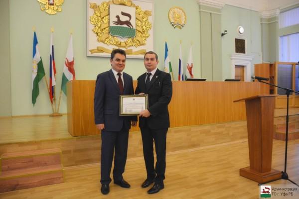 Глава Администрации ГО г.Уфа Ялалов И.И. вручает Благодарственное письмо Муратову М.Р.